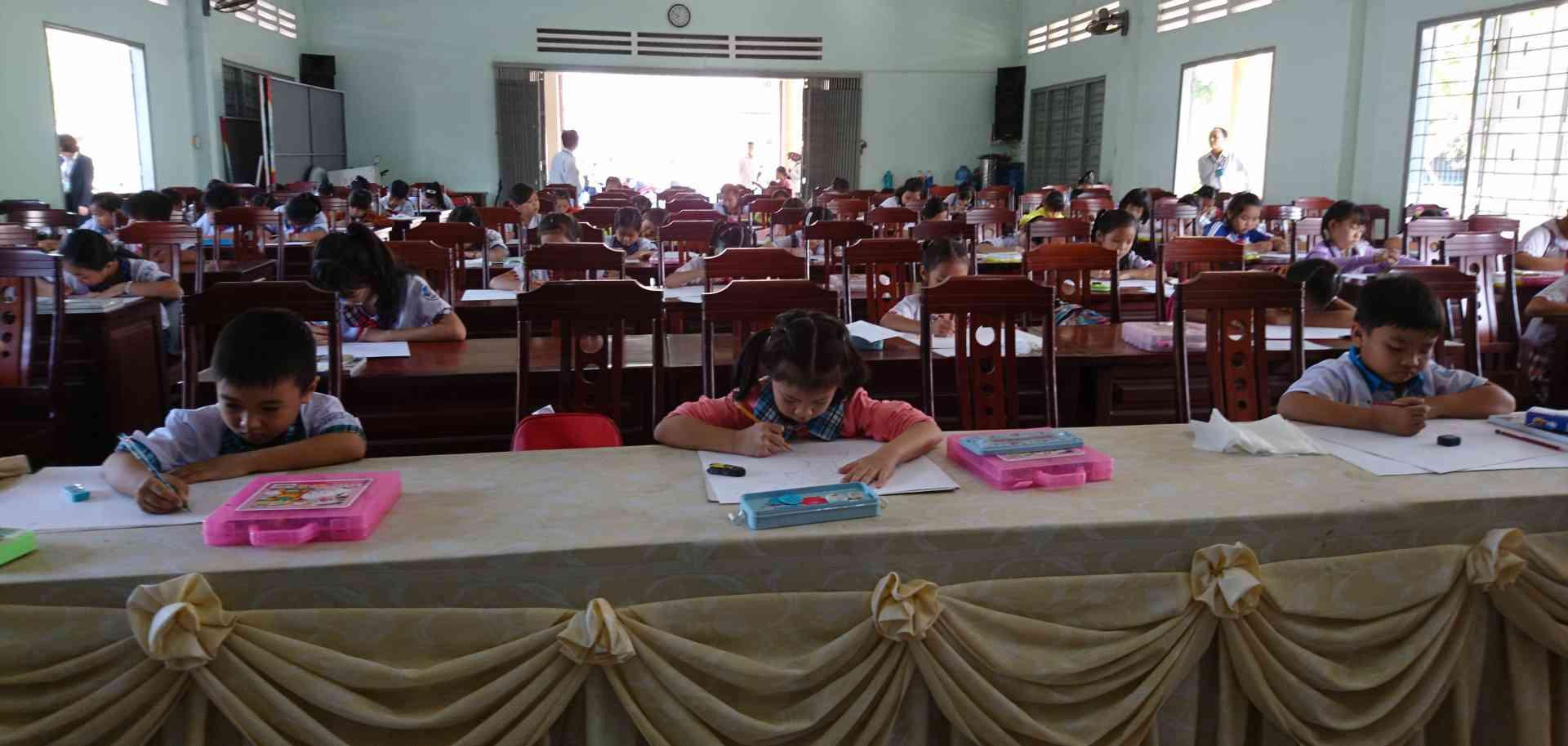 Cảnh học sinh dự thi vẽ tranh cấp Tiểu học