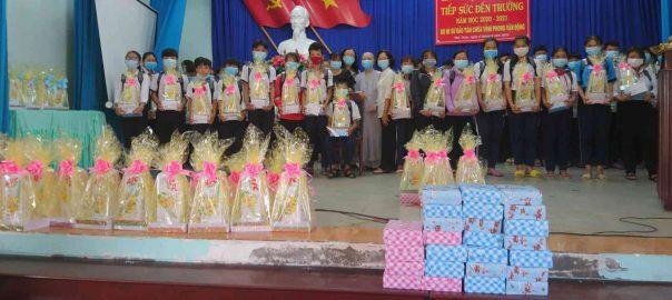 Học sinh Trung học cơ sở nhận quà